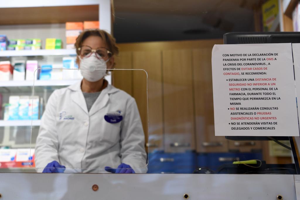 Farmacéuticos y Distribución proponen la dispensación de medicamentos hospitalarios en farmacias para reducir contagios